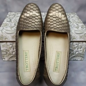 Trotters Slip on Sz 6s Leather Upper Weave